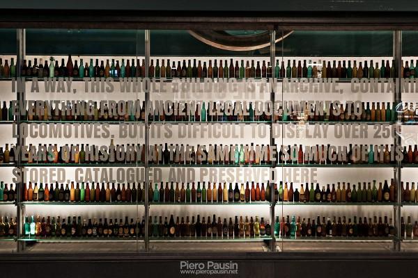 Parete all'entrata della Guinness Storehouse, fabbrica di birra Guinness a Dublino