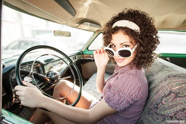 model sharing a gorizia con auto americane